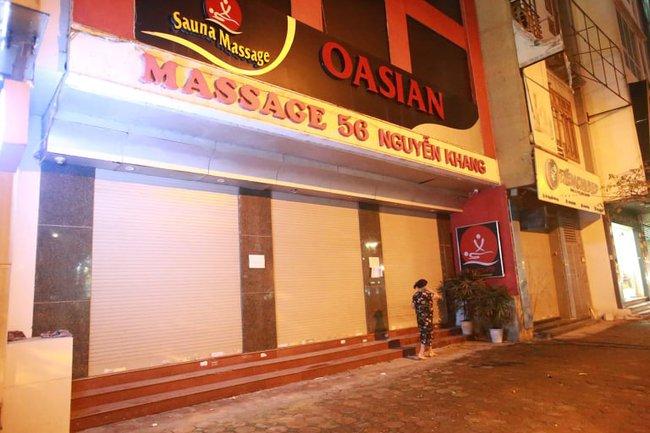 Ảnh: Đường phố vắng lặng sau lệnh đóng cửa của Chủ tịch UBND TP Hà Nội, hàng loạt cơ sở cafe, massage, karaoke tạm ngừng hoạt động - Ảnh 8.