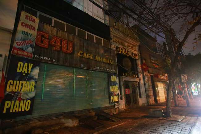 Ảnh: Đường phố vắng lặng sau lệnh đóng cửa của Chủ tịch UBND TP Hà Nội, hàng loạt cơ sở cafe, massage, karaoke tạm ngừng hoạt động - Ảnh 9.