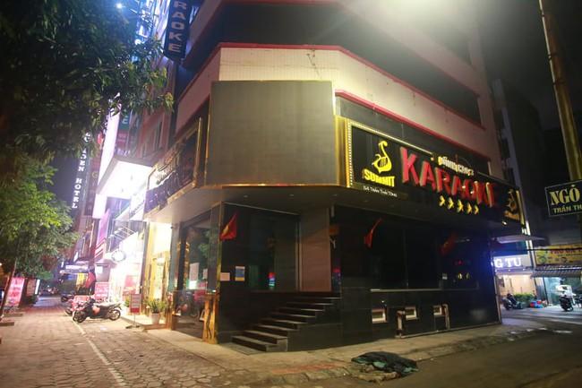 Ảnh: Đường phố vắng lặng sau lệnh đóng cửa của Chủ tịch UBND TP Hà Nội, hàng loạt cơ sở cafe, massage, karaoke tạm ngừng hoạt động - Ảnh 12.