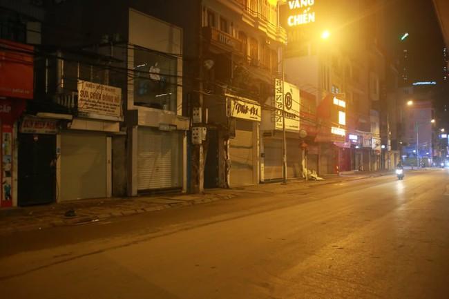 Ảnh: Đường phố vắng lặng sau lệnh đóng cửa của Chủ tịch UBND TP Hà Nội, hàng loạt cơ sở cafe, massage, karaoke tạm ngừng hoạt động - Ảnh 16.