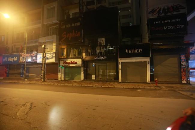Ảnh: Đường phố vắng lặng sau lệnh đóng cửa của Chủ tịch UBND TP Hà Nội, hàng loạt cơ sở cafe, massage, karaoke tạm ngừng hoạt động - Ảnh 15.