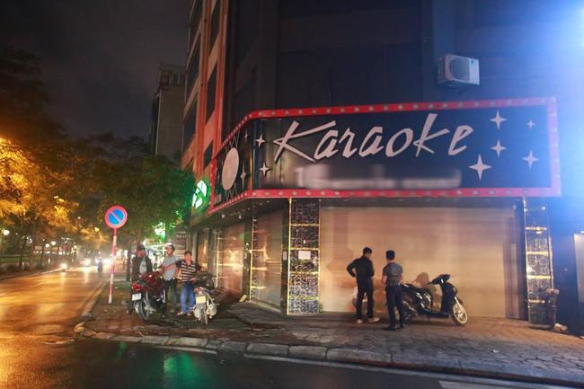 Ảnh: Đường phố vắng lặng sau lệnh đóng cửa của Chủ tịch UBND TP Hà Nội, hàng loạt cơ sở cafe, massage, karaoke tạm ngừng hoạt động - Ảnh 10.