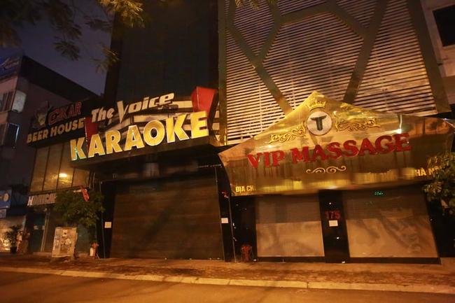 Ảnh: Đường phố vắng lặng sau lệnh đóng cửa của Chủ tịch UBND TP Hà Nội, hàng loạt cơ sở cafe, massage, karaoke tạm ngừng hoạt động - Ảnh 13.