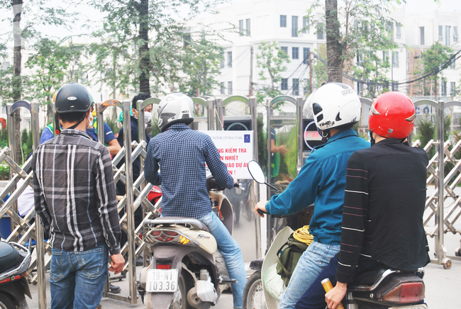Hà Nội: Kiểm tra y tế tất cả những người qua cổng vào khu đô thị - Ảnh 2.