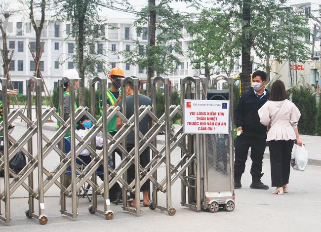 Hà Nội: Kiểm tra y tế tất cả những người qua cổng vào khu đô thị - Ảnh 4.