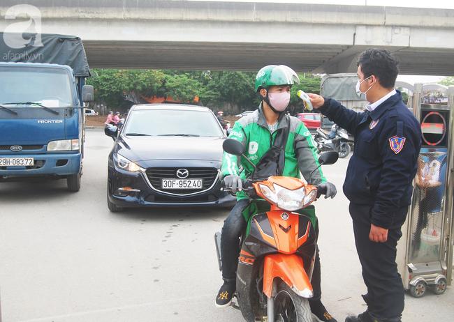 Hà Nội: Kiểm tra y tế tất cả những người qua cổng vào khu đô thị - Ảnh 9.