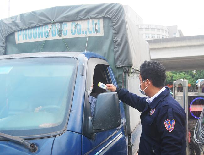Hà Nội: Kiểm tra y tế tất cả những người qua cổng vào khu đô thị - Ảnh 12.