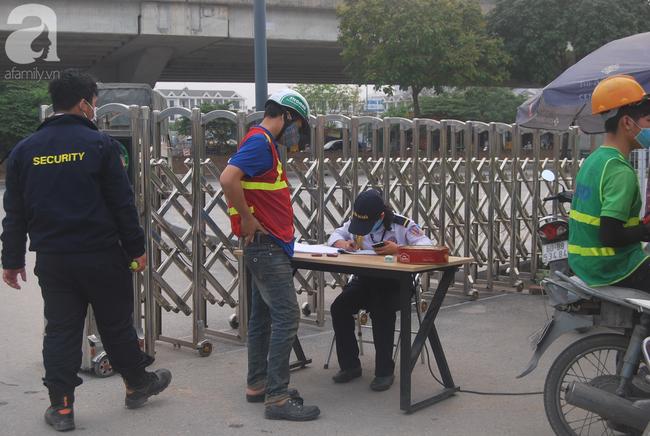 Hà Nội: Kiểm tra y tế tất cả những người qua cổng vào khu đô thị - Ảnh 13.
