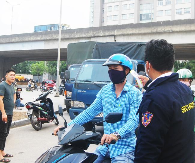 Hà Nội: Kiểm tra y tế tất cả những người qua cổng vào khu đô thị - Ảnh 17.