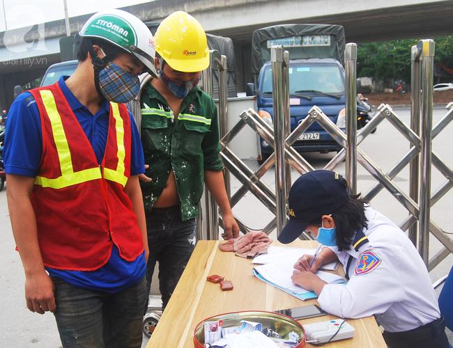 Hà Nội: Kiểm tra y tế tất cả những người qua cổng vào khu đô thị - Ảnh 20.