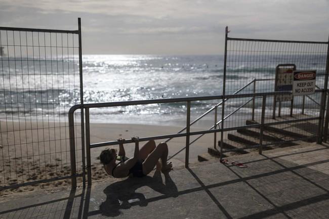 """Bãi biển bị phong tỏa, người đàn ông vẫn bất chấp leo rào đi tắm biển lại còn khẳng định: """"Đây là biển của tôi"""" - Ảnh 1."""
