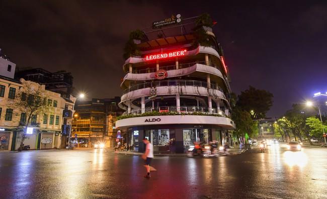 Ảnh: Đường phố vắng lặng sau lệnh đóng cửa của Chủ tịch UBND TP Hà Nội, hàng loạt cơ sở cafe, massage, karaoke tạm ngừng hoạt động - Ảnh 2.