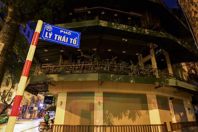 Ảnh: Đường phố vắng lặng sau lệnh đóng cửa của Chủ tịch UBND TP Hà Nội, hàng loạt cơ sở cafe, massage, karaoke tạm ngừng hoạt động - Ảnh 7.