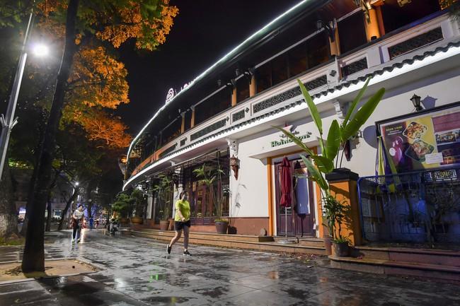 Ảnh: Đường phố vắng lặng sau lệnh đóng cửa của Chủ tịch UBND TP Hà Nội, hàng loạt cơ sở cafe, massage, karaoke tạm ngừng hoạt động - Ảnh 4.