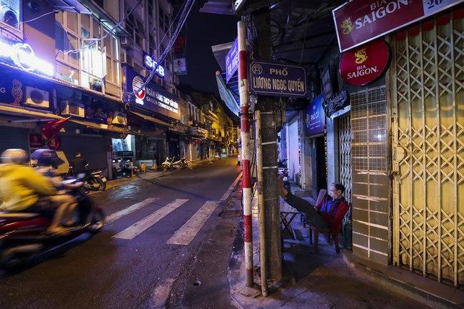 Ảnh: Đường phố vắng lặng sau lệnh đóng cửa của Chủ tịch UBND TP Hà Nội, hàng loạt cơ sở cafe, massage, karaoke tạm ngừng hoạt động - Ảnh 5.