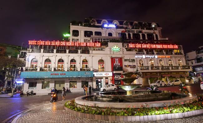 Ảnh: Đường phố vắng lặng sau lệnh đóng cửa của Chủ tịch UBND TP Hà Nội, hàng loạt cơ sở cafe, massage, karaoke tạm ngừng hoạt động - Ảnh 3.