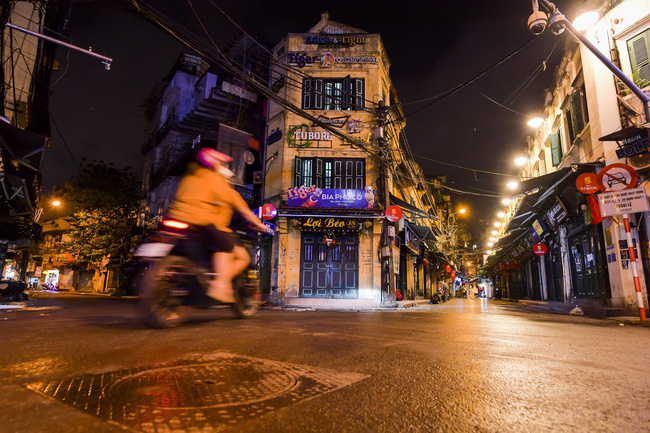 Ảnh: Đường phố vắng lặng sau lệnh đóng cửa của Chủ tịch UBND TP Hà Nội, hàng loạt cơ sở cafe, massage, karaoke tạm ngừng hoạt động - Ảnh 6.