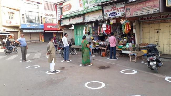 """Ấn Độ trong những ngày phong tỏa 1,3 tỷ dân: Phạt ngồi xổm, đánh roi người vi phạm và muôn kiểu """"tránh xa nhau"""" nơi công cộng - Ảnh 10."""