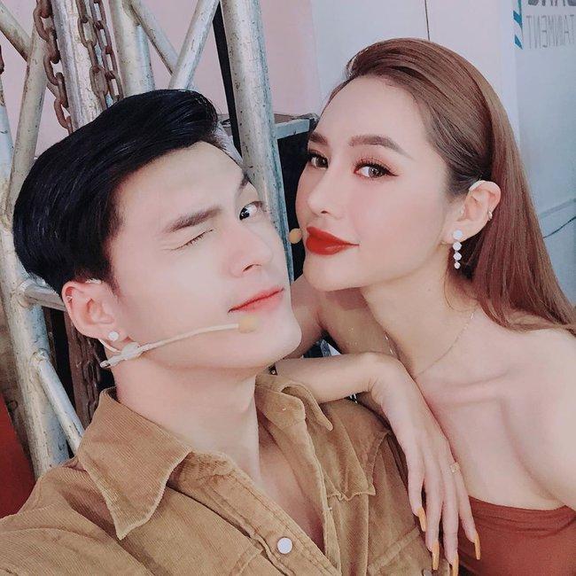 Buộc dây giày xưa rồi, Lâm Vinh Hải giờ còn dùng răng chỉnh bikini cho Linh Chi thế này cơ - Ảnh 4.