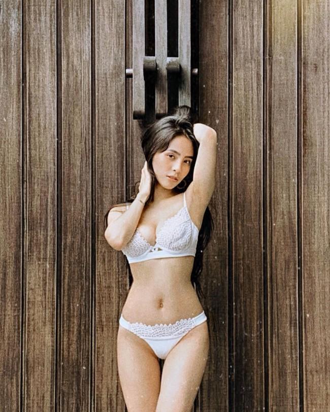 Kiều Anh đăng ảnh diện bikini khoe đường thân hình bốc lửa. Cô nói: Tấn công thị giác người đối diện! Pằng chíu.
