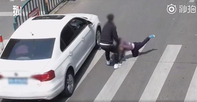 Con trai qua đường suýt bị xe tông, đứa bé thoát chết trong gang tấc nhờ pha xử lý tuyệt vời của ông bố - Ảnh 3.