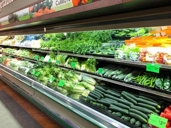 Vô duyên vô cớ, siêu thị phải đổ thi hàng tấn thực phẩm sạch trị giá gần 1 tỷ đồng vì hành động thiếu ý thức của một người phụ nữ - Ảnh 1.