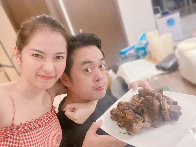 Dương Khắc Linh nấu đồ, sắp sẵn ra bàn, Sara Lưu chỉ cần ngồi ăn.