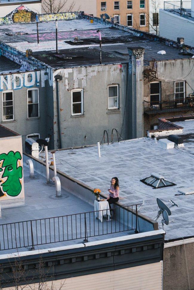 """Thấy cô gái có hành động kỳ cục trên sân thượng lúc ở nhà cách ly, chàng trai thực hiện """"chiến dịch kỳ lạ"""" và cái kết cuối cùng rất đặc biệt - Ảnh 7."""