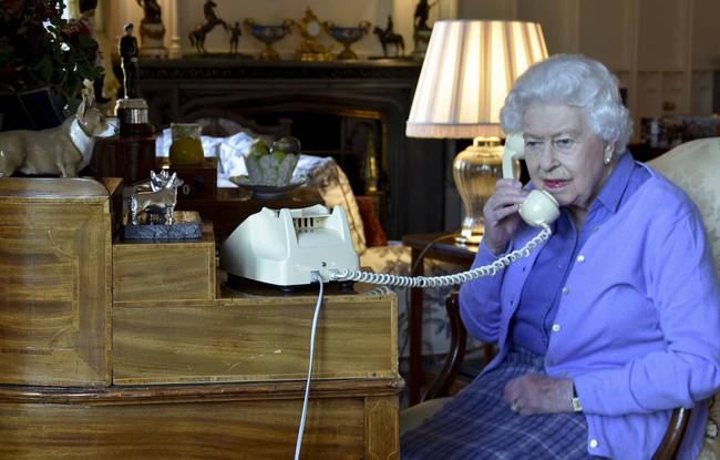 Hoàng gia chính thức lên tiếng về thông tin Nữ hoàng Anh nghi nhiễm Covid-19 và lời nói dối trắng trợn của Meghan Markle với gia đình chồng - Ảnh 1.