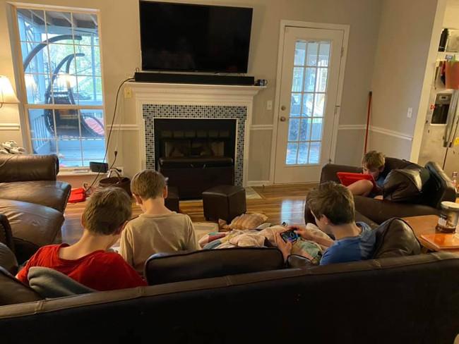 Thấy con suốt ngày ngồi chơi game, bà mẹ liền nghĩ ra một việc khiến các con rất hào hứng thực hiện - Ảnh 1.