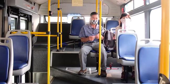 """Sau khi áp dụng biện pháp hạn chế:  Đông nghẹt người đến nhận đồ """"tiếp tế"""" tại các bến xe, các chuyến xe bus từ chối khách hàng không sử dụng khẩu trang - Ảnh 6."""
