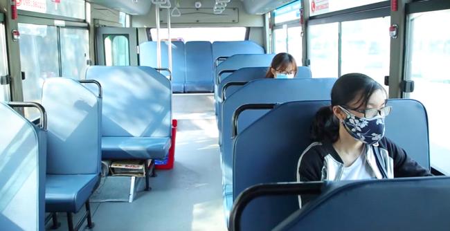 """Sau khi áp dụng biện pháp hạn chế:  Đông nghẹt người đến nhận đồ """"tiếp tế"""" tại các bến xe, các chuyến xe bus từ chối khách hàng không sử dụng khẩu trang - Ảnh 7."""