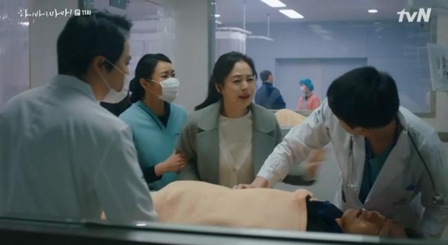 """""""Hi Bye, Mama"""": Bỏ quên hình tượng ngọc nữ, Kim Tae Hee """"lên đồ"""" đánh nhau với hàng xóm vì dám nói xấu con gái - Ảnh 2."""