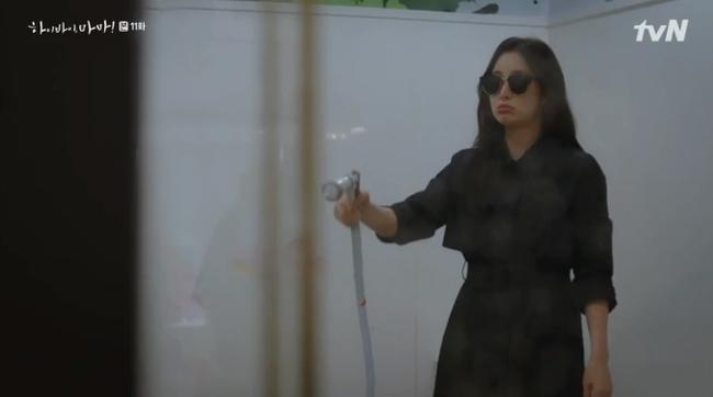 """""""Hi Bye, Mama"""": Bỏ quên hình tượng ngọc nữ, Kim Tae Hee """"lên đồ"""" đánh nhau với hàng xóm vì dám nói xấu con gái - Ảnh 5."""