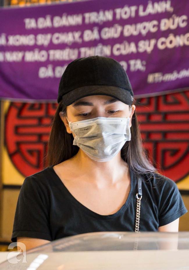 Tang lễ diễn viên Mai Phương diễn ra lặng lẽ, gia đình bạn bè không nén nổi nước mắt - Ảnh 9.
