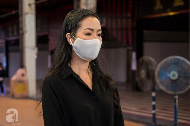 Tang lễ diễn viên Mai Phương diễn ra lặng lẽ, gia đình bạn bè không nén nổi nước mắt - Ảnh 4.