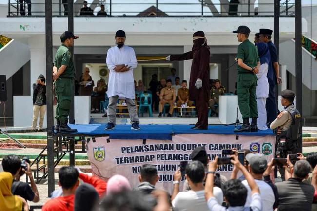 Hình phạt hà khắc trên một hòn đảo ở Indonesia, công khai phạt đánh roi nếu ngoại tình hoặc nắm tay âu yếm, quan hệ tình dục trước hôn nhân - Ảnh 6.