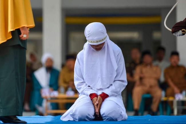 Hình phạt hà khắc trên một hòn đảo ở Indonesia, công khai phạt đánh roi nếu ngoại tình hoặc nắm tay âu yếm, quan hệ tình dục trước hôn nhân - Ảnh 4.