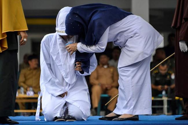 Hình phạt hà khắc trên một hòn đảo ở Indonesia, công khai phạt đánh roi nếu ngoại tình hoặc nắm tay âu yếm, quan hệ tình dục trước hôn nhân - Ảnh 3.