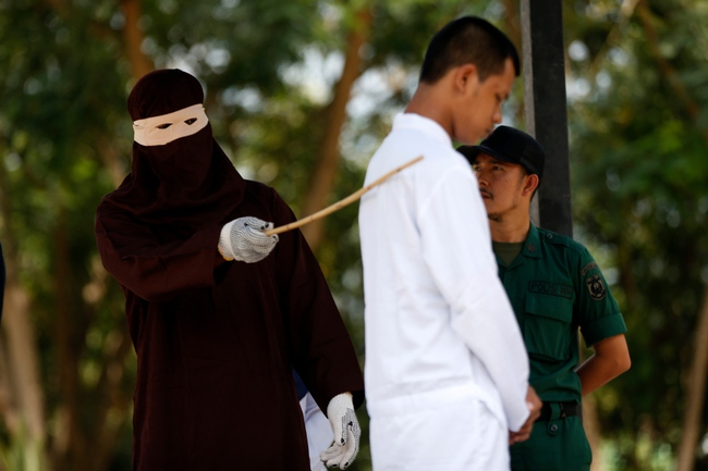 Hình phạt hà khắc trên một hòn đảo ở Indonesia, công khai phạt đánh roi nếu ngoại tình hoặc nắm tay âu yếm, quan hệ tình dục trước hôn nhân - Ảnh 5.