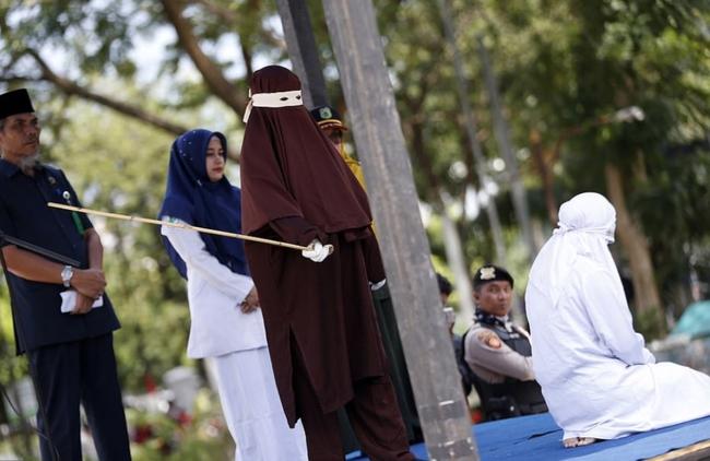 Hình phạt hà khắc trên một hòn đảo ở Indonesia, công khai phạt đánh roi nếu ngoại tình hoặc nắm tay âu yếm, quan hệ tình dục trước hôn nhân - Ảnh 1.