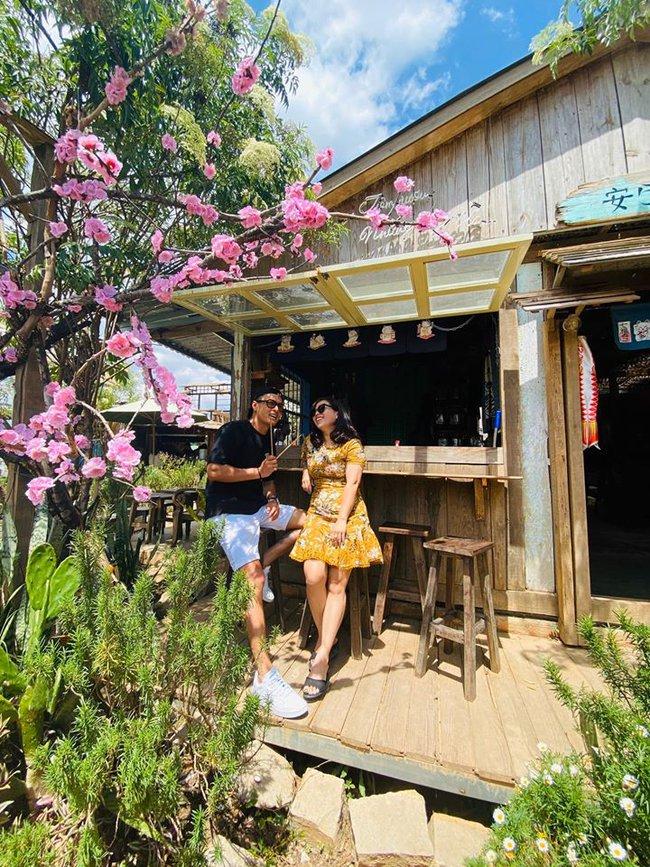 Hồng Đăng và bà xã tranh thủ chụp hình trong chuyến du lịch Đà Lạt.