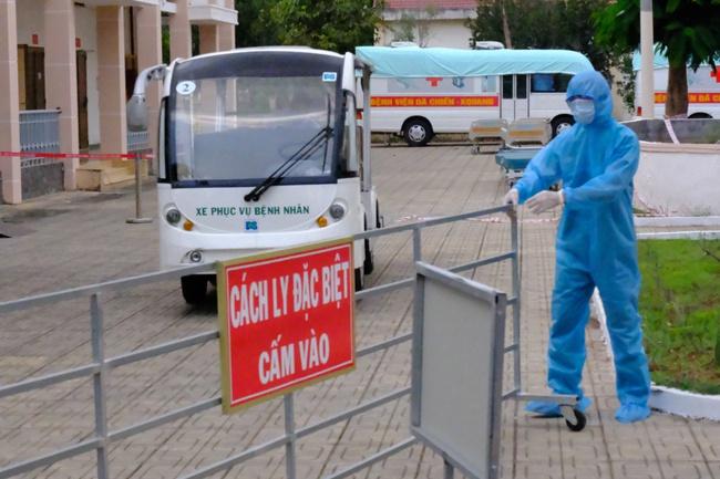 Nam công dân Cộng hoà Czech và hai bệnh nhân Việt khỏi bệnh Covid-19, mỉm cười vẫy chào bác sĩ BV dã chiến Củ Chi - Ảnh 3.