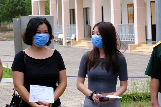 Nam công dân Cộng hoà Czech và hai bệnh nhân Việt khỏi bệnh Covid-19, mỉm cười vẫy chào bác sĩ BV dã chiến Củ Chi - Ảnh 10.