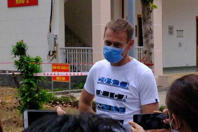Nam công dân Cộng hoà Czech và hai bệnh nhân Việt khỏi bệnh Covid-19, mỉm cười vẫy chào bác sĩ BV dã chiến Củ Chi - Ảnh 9.