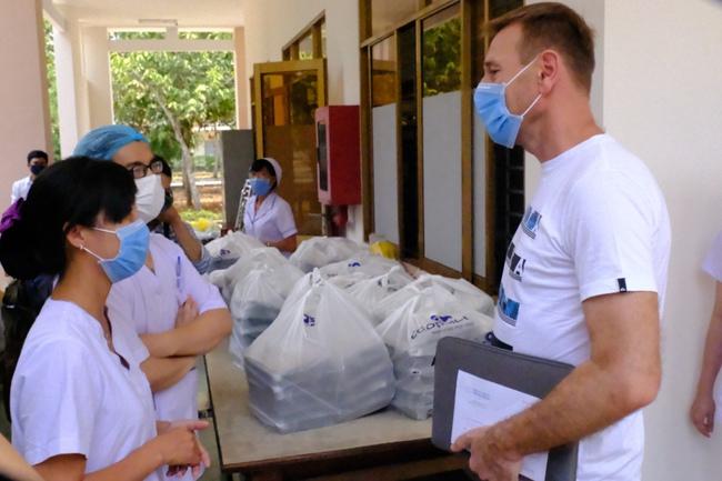 Nam công dân Cộng hoà Czech và hai bệnh nhân Việt khỏi bệnh Covid-19, mỉm cười vẫy chào bác sĩ BV dã chiến Củ Chi - Ảnh 11.