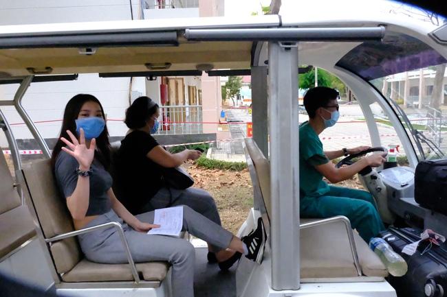 Nam công dân Cộng hoà Czech và hai bệnh nhân Việt khỏi bệnh Covid-19, mỉm cười vẫy chào bác sĩ BV dã chiến Củ Chi - Ảnh 12.