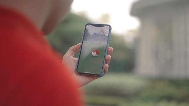 Bất chấp lệnh phong tỏa, cụ ông 77 tuổi vẫn mải miết ra đường để săn Pokemon