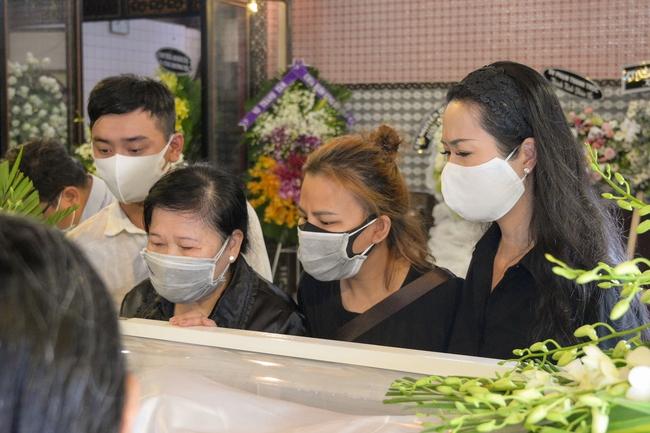 Gia đình, bạn bè đồng nghiệp không kìm được nước mắt trong ngày đưa tiễn Mai Phương về nơi an nghỉ cuối cùng - Ảnh 6.