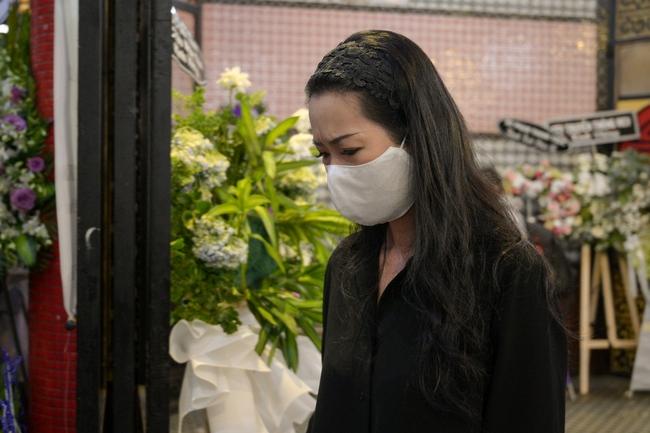 Gia đình, bạn bè đồng nghiệp không kìm được nước mắt trong ngày đưa tiễn Mai Phương về nơi an nghỉ cuối cùng - Ảnh 5.